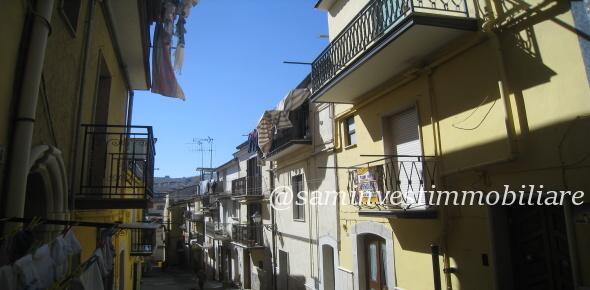 Vendesi in San Marco in Lamis (FG), nella centralissima via Custoza, casa autonoma su più livelli