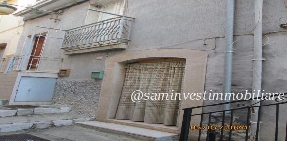 Vendesi nella centralissima via Abate Colonna, casa autonoma